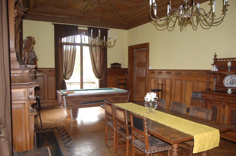 Le domaine de l 39 abbaye saint sa ns for Billard salle a manger